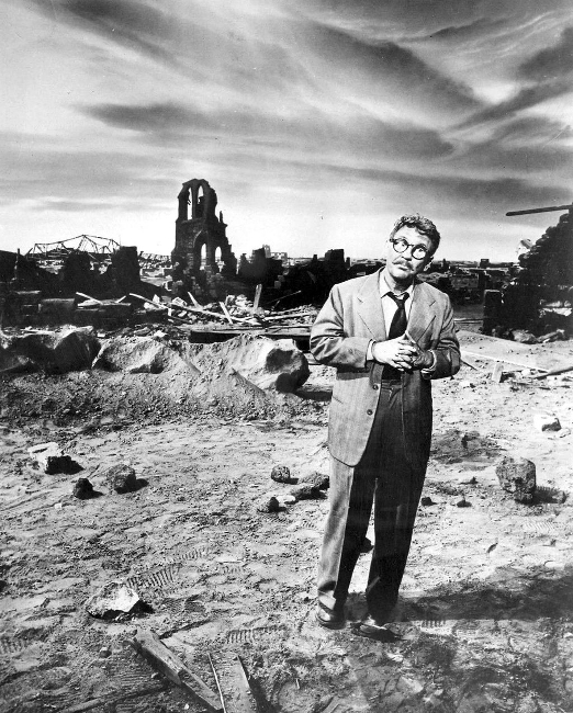 Foto voor The Twilight Zone, aflevering Time Enough at Last (1959), een van de bekendste afleveringen van de serie.