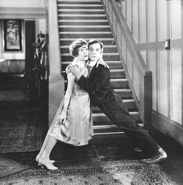Virginia Fox en Buster Keaton vliegen elkaar in de armen in The Electric House (1922).
