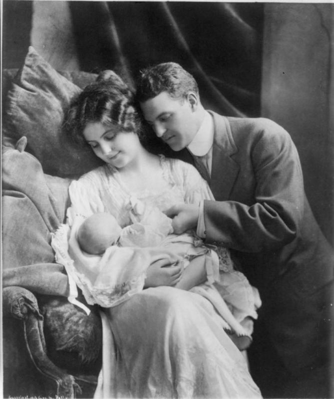 Een jong stel en hun baby. Circa 1912.