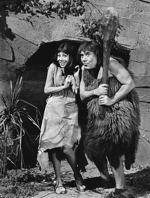It's about time (1966), een comedyserie waarin twee astronauten naar het verleden reizen en een prehistorische familie mee terug nemen naar het Amerika van de jaren zestig. Credits: CBS, 1966