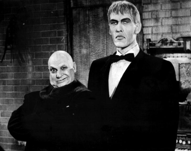 Jackie Coogan (Uncle Fester) en Ted Cassidy (Lurc), twee karakters uit de jaren zestig The Addams Family.