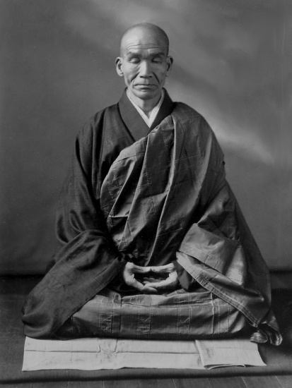 De Japanse Zenmeester Kodo Sawaki doet zazenmeditatie.