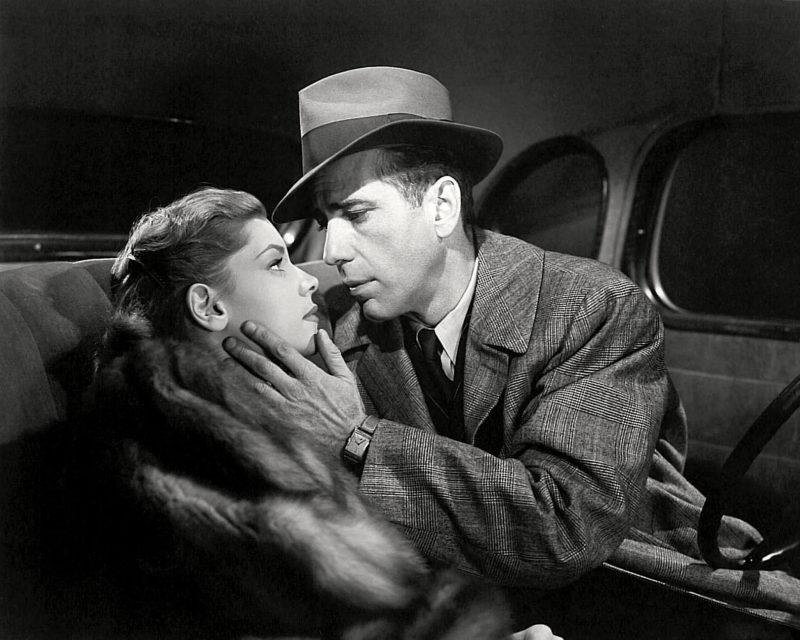 Bogart kijkt vertederd naar zijn tegenspeelster Bacall in The Big Sleep uit 1946. Credits: Warner Bros.