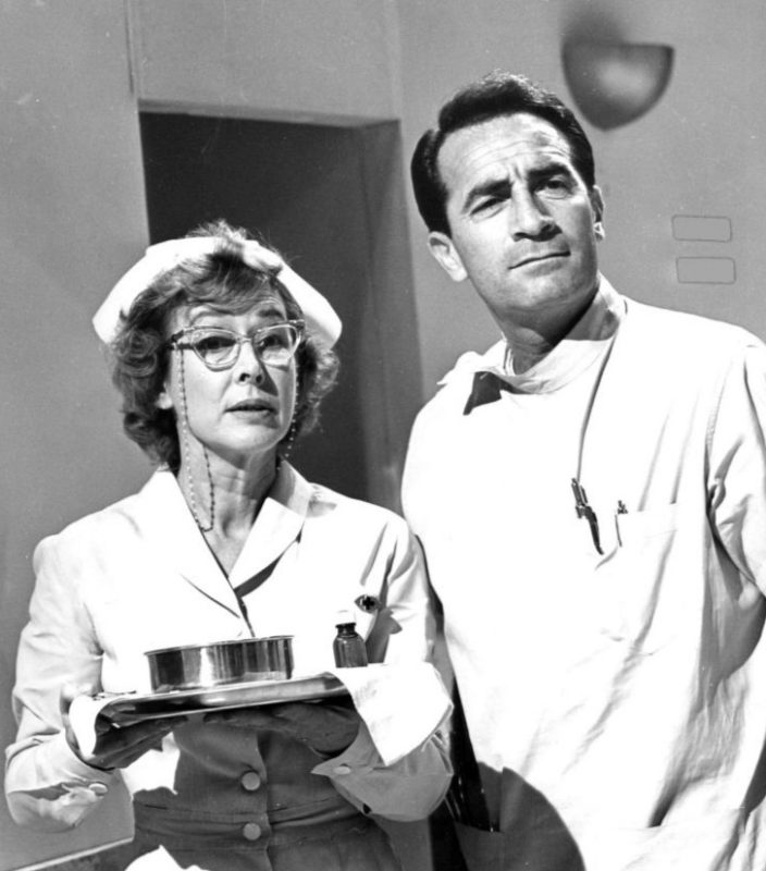 Zuster Marge Brown en dokter Steve Hardy in de serie General Hospital (1963).