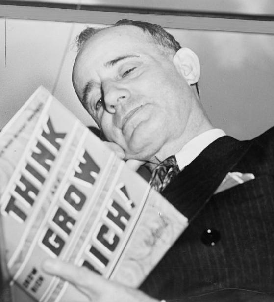 Napoleon Hill met zijn boek 'Think and Grow Rich' uit 1937.