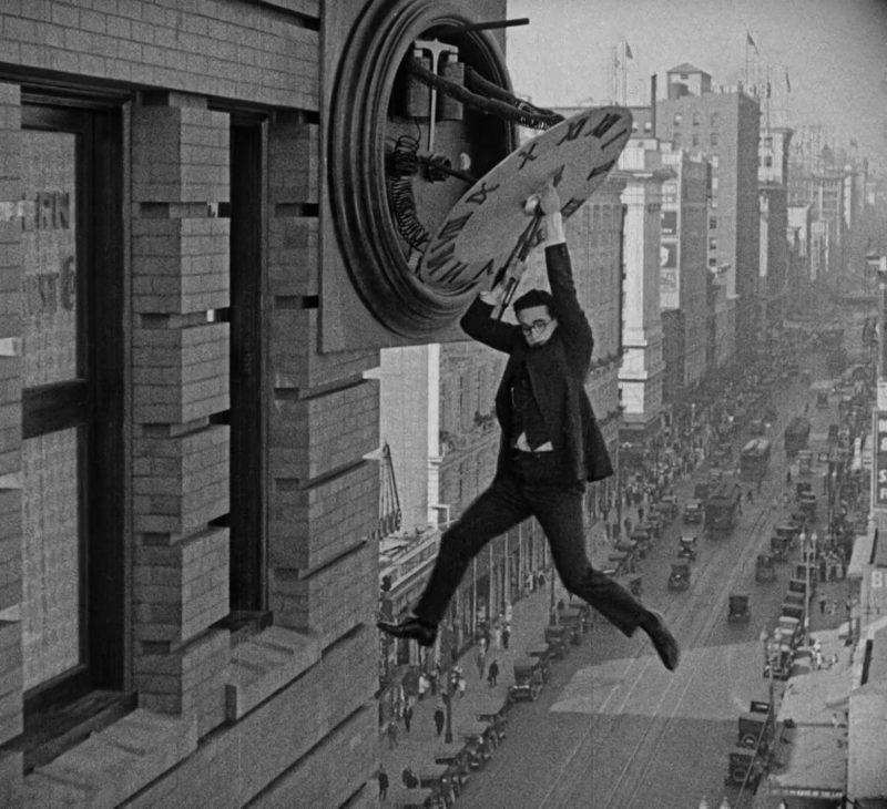 Iemand ten huwelijk vragen, het moet toch makkelijker kunnen dan In Safety Last! (1923).