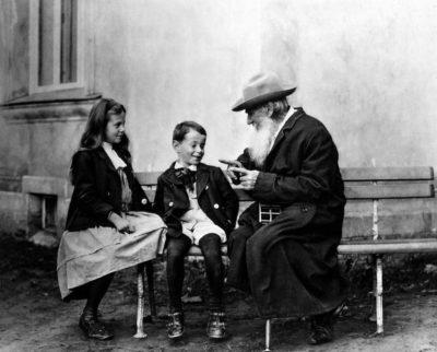 Schrijver en filosoof Lev Nikolayevitch (Leo) Tolstoj met zijn kleinkinderen, een jaar voor zijn overlijden, in 1909.