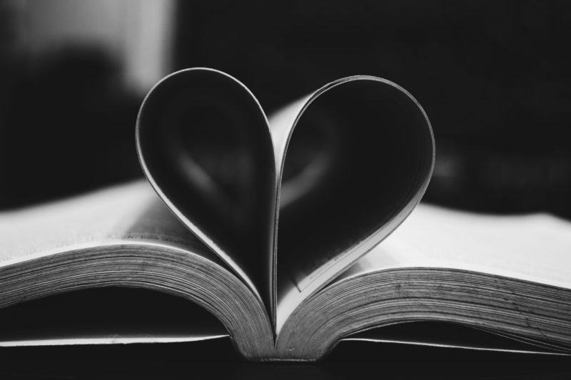 Bladzijden van een boek, gevouwen in hart-vorm.