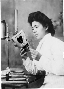 Bewerking van een foto uit 1890 van een lezende vrouw.